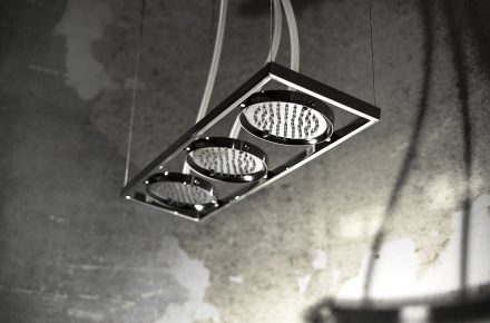 Deszczownice, które kojarzyć mają się z oprawami świetlnymi wciąż są na topie. NU włoskiej marki Fima Carlo Frattini, projekt: Davide Vercelli