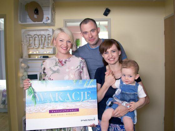 Dorota Szelągowska z rodziną zwycięzczyni konkursu, Moniki Lewandowskiej / fot. Ceramika Paradyż